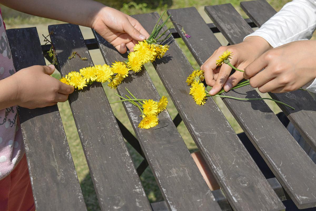 花冠を編む手