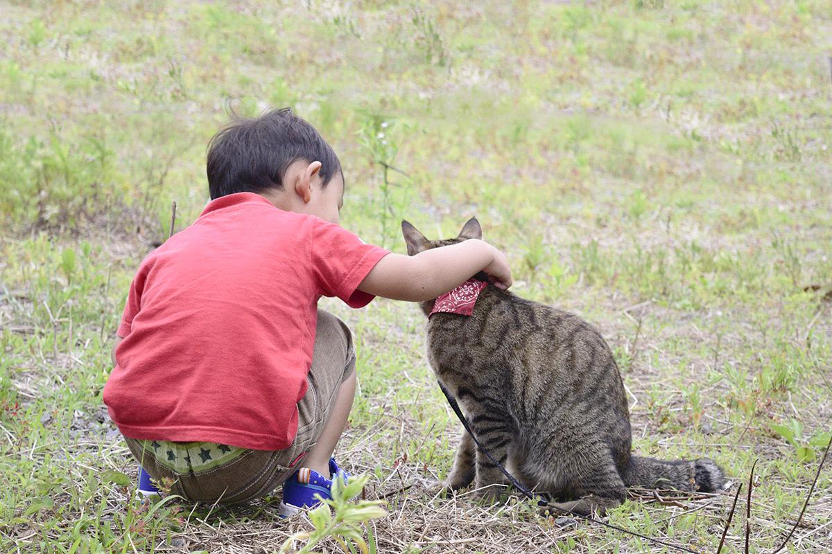 隣の子供と並ぶ虎ノ介