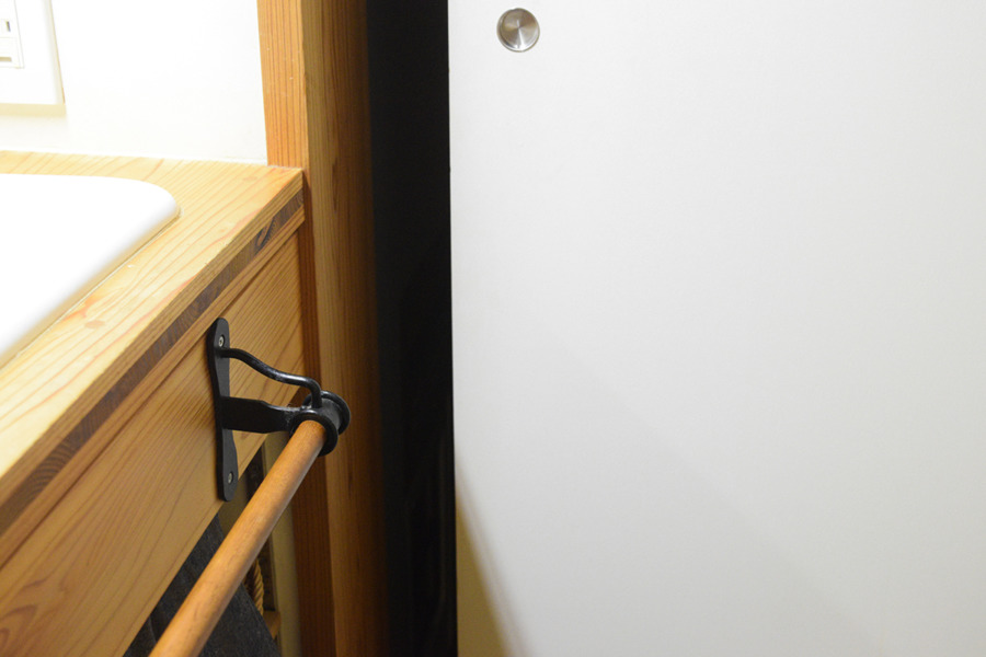 キジトラ猫の虎ノ介が脱衣所の扉をあけて出て行ったあと