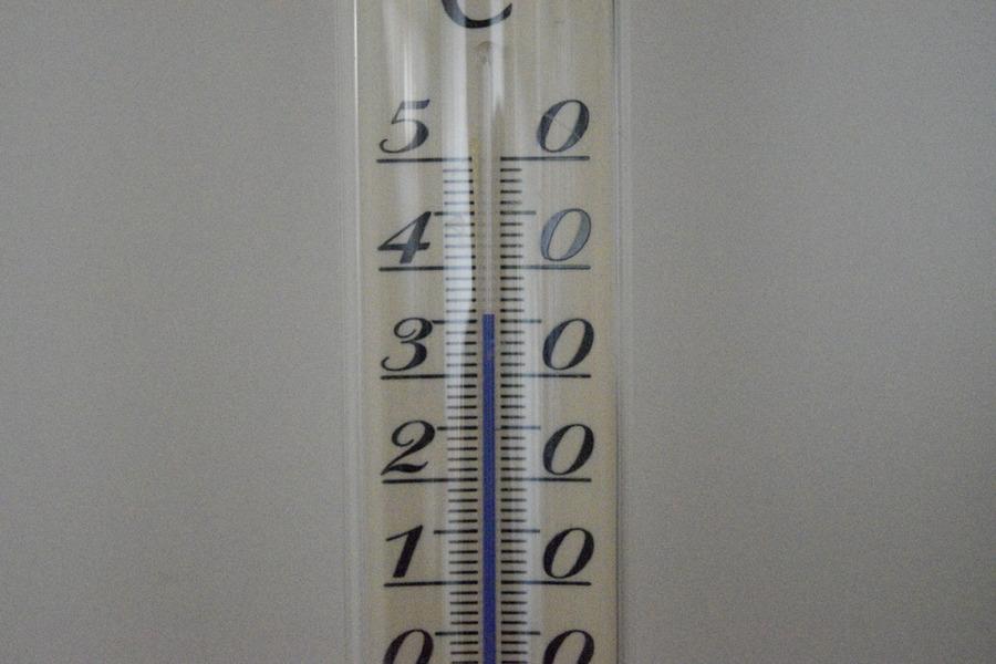 36度をさす温度計