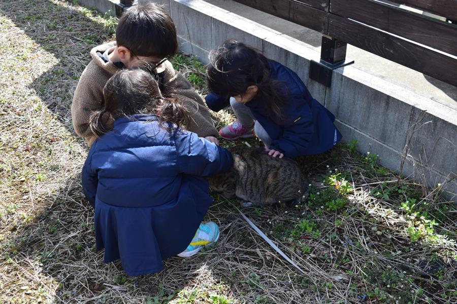 近所の子供たちに囲まれる虎ノ介